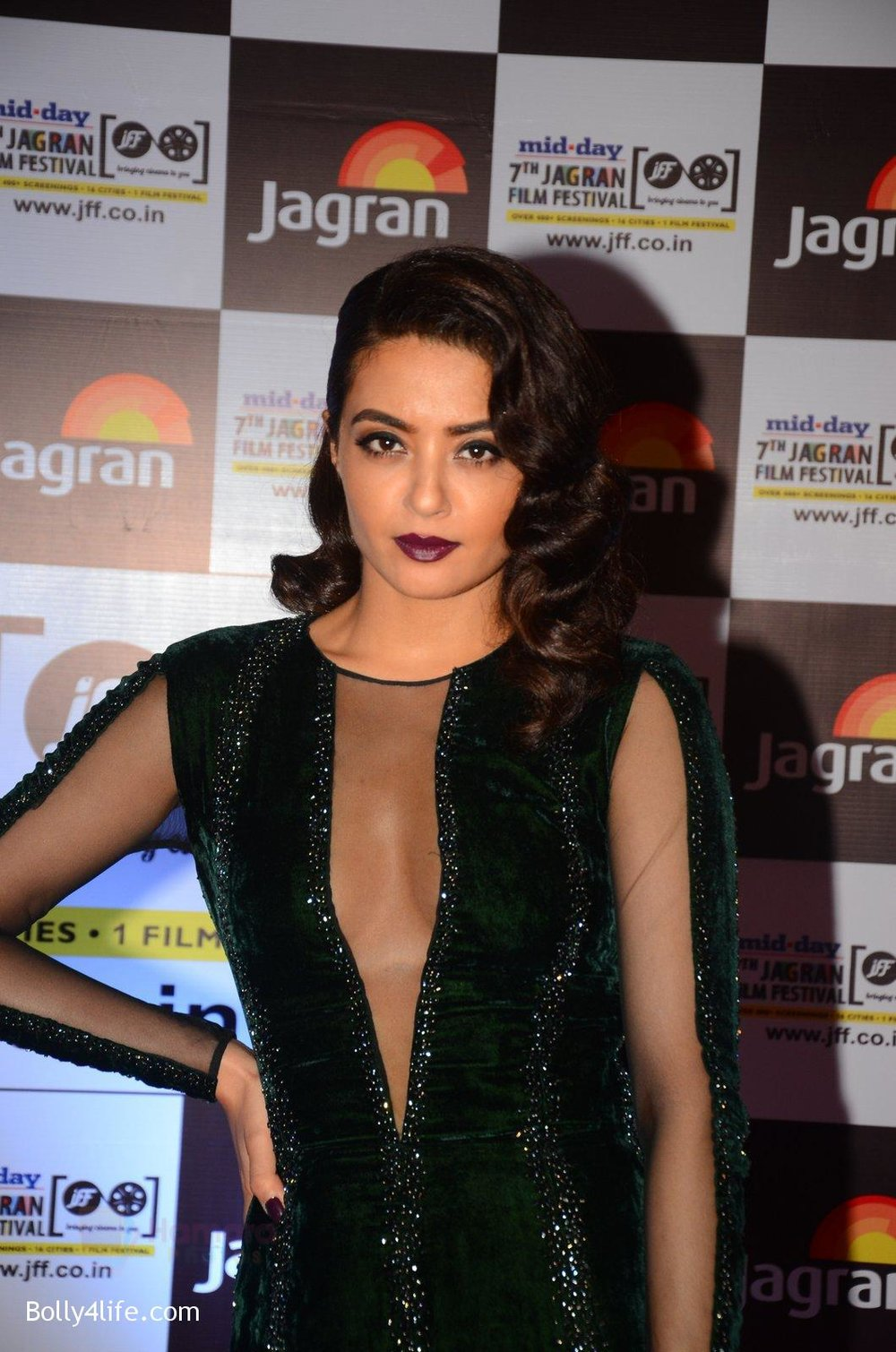 Surveen-Chawla-at-Jagran-Film-fest-awards-on-30th-Sept-2016-18.jpg
