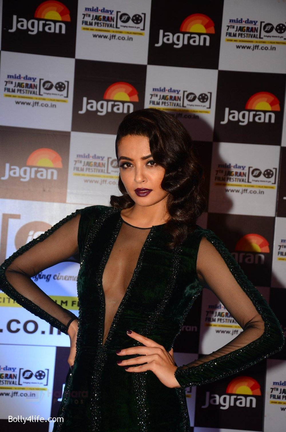 Surveen-Chawla-at-Jagran-Film-fest-awards-on-30th-Sept-2016-21.jpg