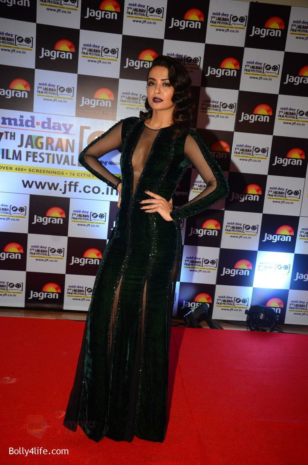 Surveen-Chawla-at-Jagran-Film-fest-awards-on-30th-Sept-2016-22.jpg