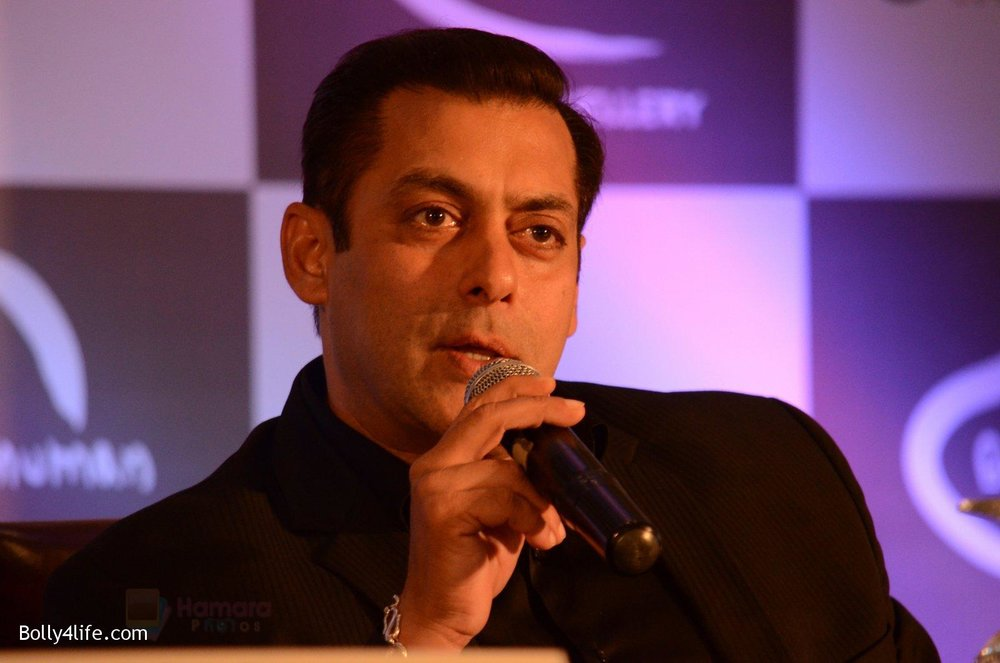 Salman-at-Being-Human-jewellery-launch-on-30th-Sept-2016-17.jpg