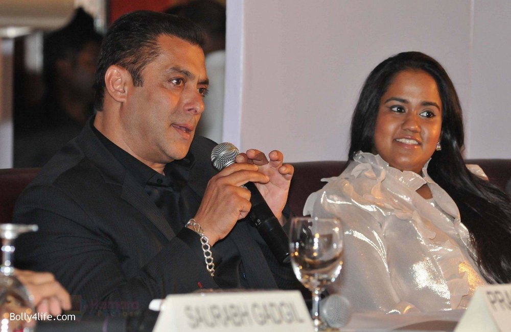 Salman-Khan-Arpita-Khan-at-Being-Human-jewellery-launch-on-30th-Sept-2016-20.jpg