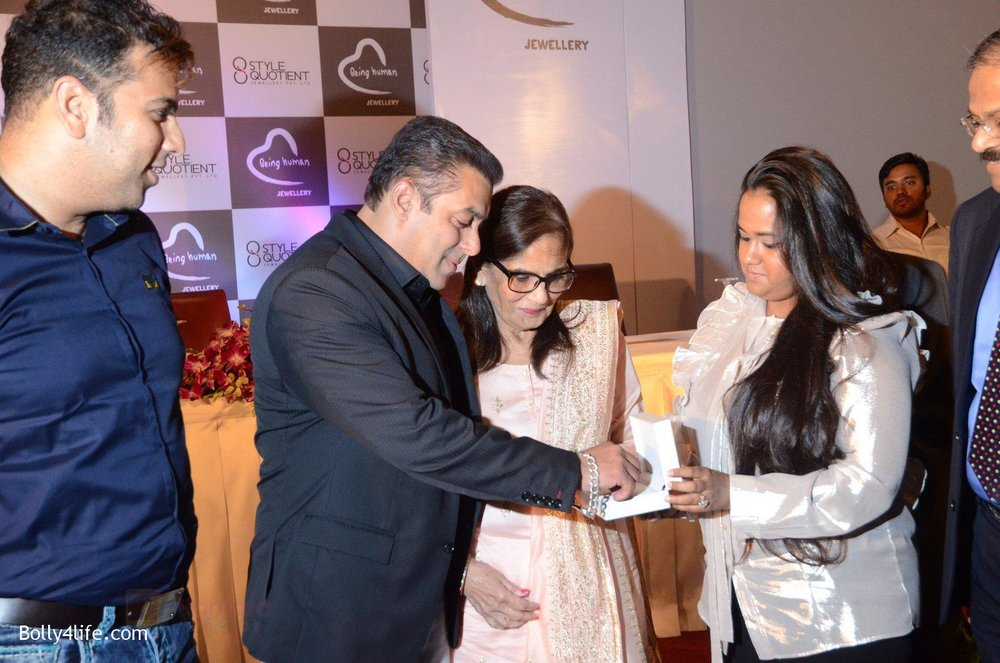 Salman-Khan-Salma-Khan-Arpita-Khan-at-Being-Human-jewellery-launch-on-30th-Sept-2016-28.jpg