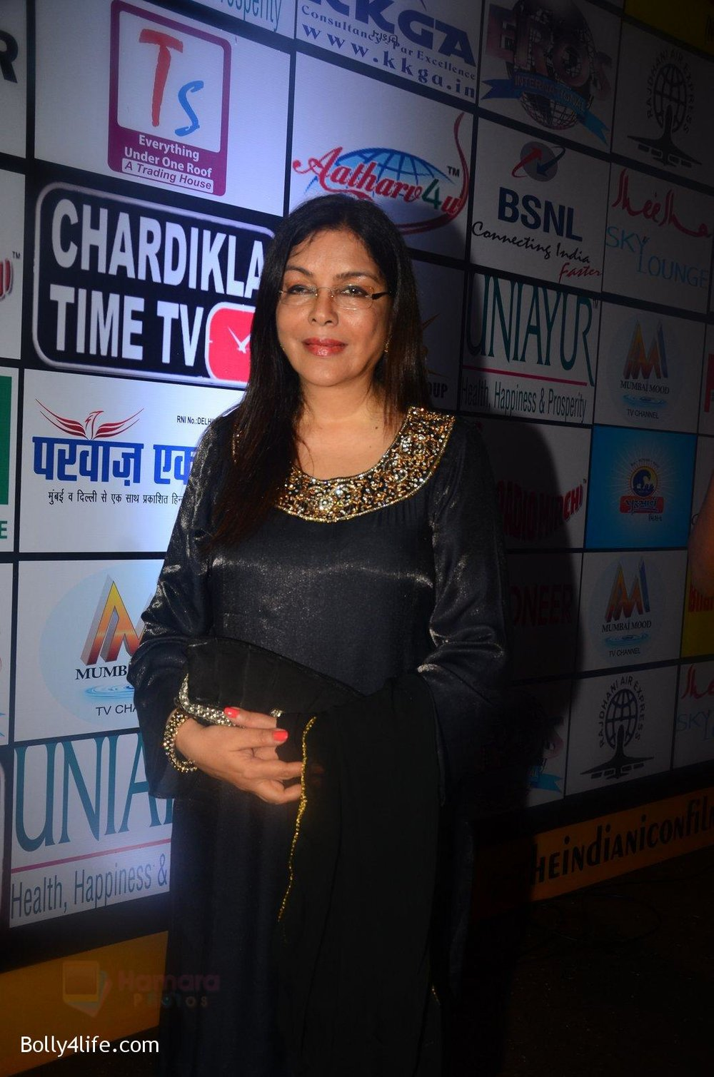 Zeenat-Aman-at-TIIFA-Awards-on-1st-Oct-2016-21.jpg