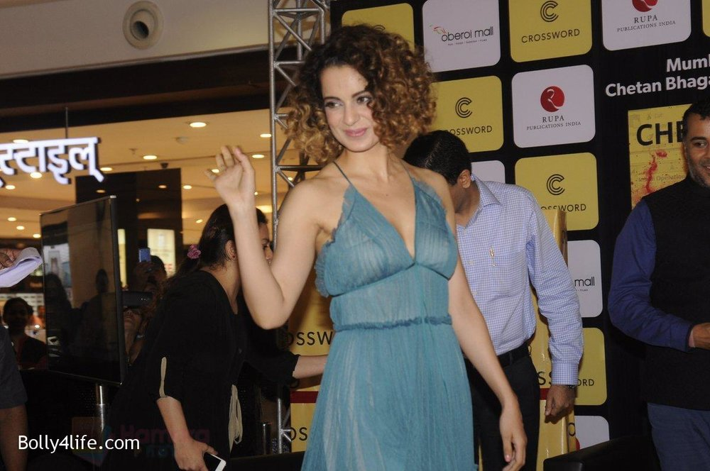 Kangana-Ranaut-at-Chetan-Bhagats-new-novel-One-Indian-Girl-launch-in-Oberoi-Mall-on-1st-Oct-2016-8.jpg
