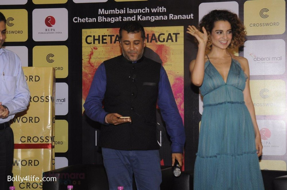 Kangana-Ranaut-at-Chetan-Bhagats-new-novel-One-Indian-Girl-launch-in-Oberoi-Mall-on-1st-Oct-2016-11.jpg