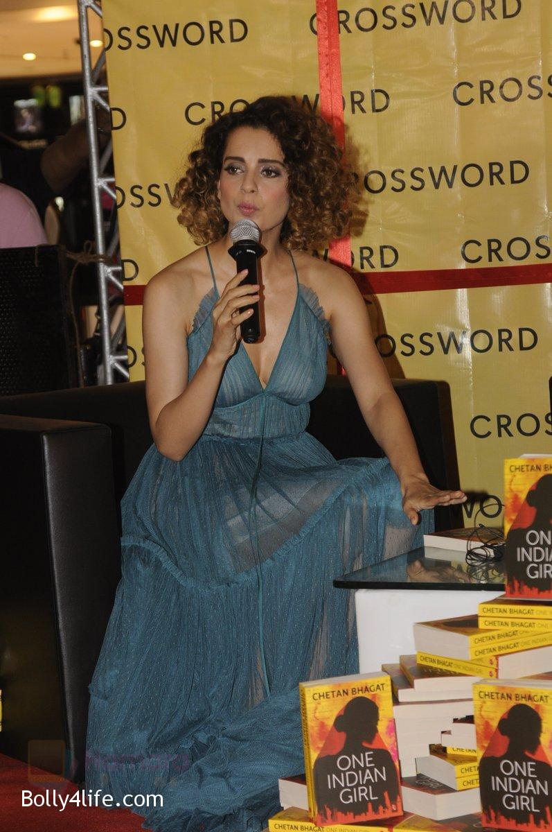 Kangana-Ranaut-at-Chetan-Bhagats-new-novel-One-Indian-Girl-launch-in-Oberoi-Mall-on-1st-Oct-2016-21.jpg