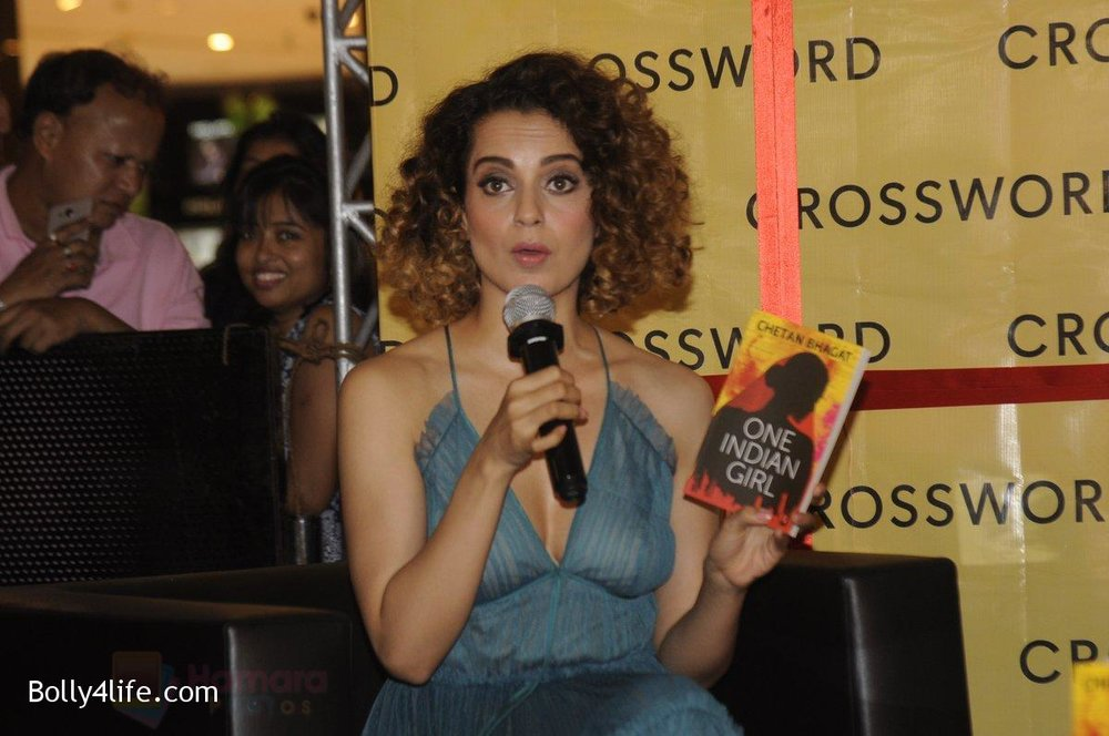 Kangana-Ranaut-at-Chetan-Bhagats-new-novel-One-Indian-Girl-launch-in-Oberoi-Mall-on-1st-Oct-2016-29.jpg