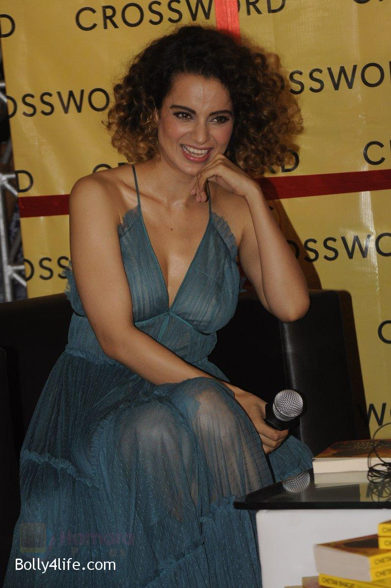 Kangana-Ranaut-at-Chetan-Bhagats-new-novel-One-Indian-Girl-launch-in-Oberoi-Mall-on-1st-Oct-2016-32.jpg
