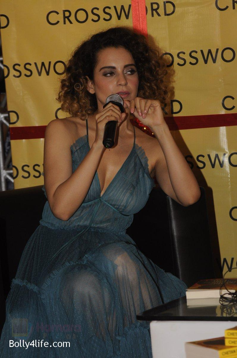 Kangana-Ranaut-at-Chetan-Bhagats-new-novel-One-Indian-Girl-launch-in-Oberoi-Mall-on-1st-Oct-2016-34.jpg