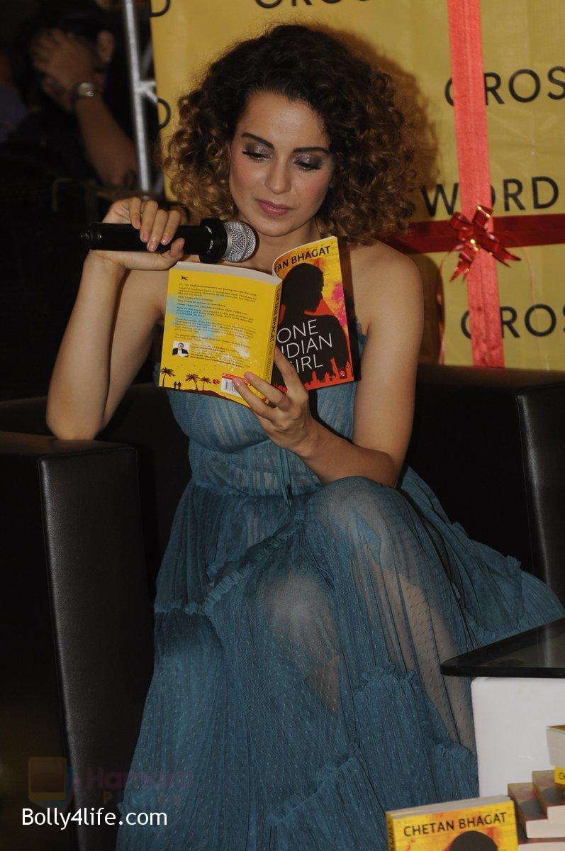 Kangana-Ranaut-at-Chetan-Bhagats-new-novel-One-Indian-Girl-launch-in-Oberoi-Mall-on-1st-Oct-2016-36.jpg