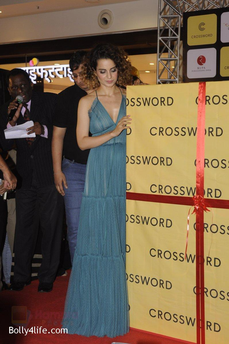 Kangana-Ranaut-at-Chetan-Bhagats-new-novel-One-Indian-Girl-launch-in-Oberoi-Mall-on-1st-Oct-2016-38.jpg