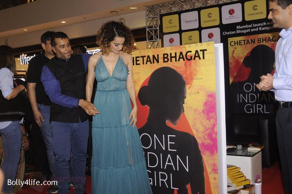 Kangana-Ranaut-at-Chetan-Bhagats-new-novel-One-Indian-Girl-launch-in-Oberoi-Mall-on-1st-Oct-2016-40.jpg