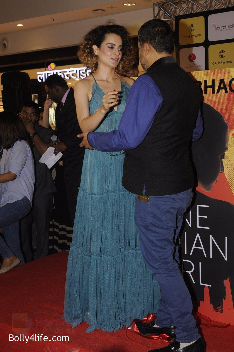 Kangana-Ranaut-at-Chetan-Bhagats-new-novel-One-Indian-Girl-launch-in-Oberoi-Mall-on-1st-Oct-2016-47.jpg