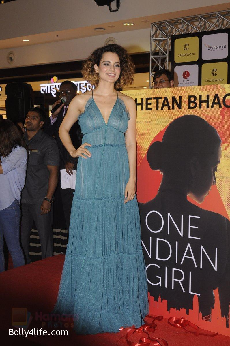 Kangana-Ranaut-at-Chetan-Bhagats-new-novel-One-Indian-Girl-launch-in-Oberoi-Mall-on-1st-Oct-2016-48.jpg