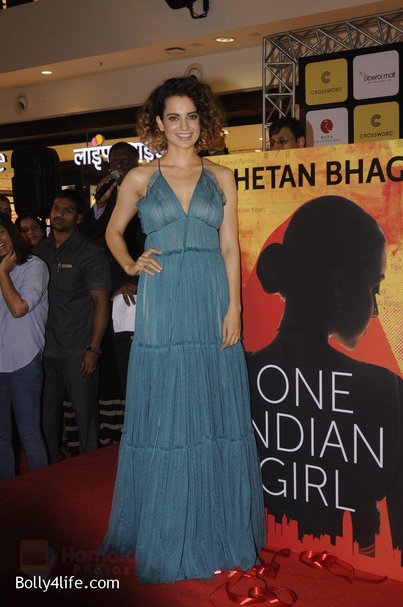 Kangana-Ranaut-at-Chetan-Bhagats-new-novel-One-Indian-Girl-launch-in-Oberoi-Mall-on-1st-Oct-2016-50.jpg