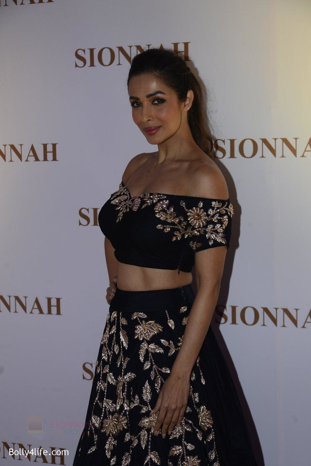 Malaika-Arora-at-sionnah-store-launch-on-1st-Oct-2016-44.jpg