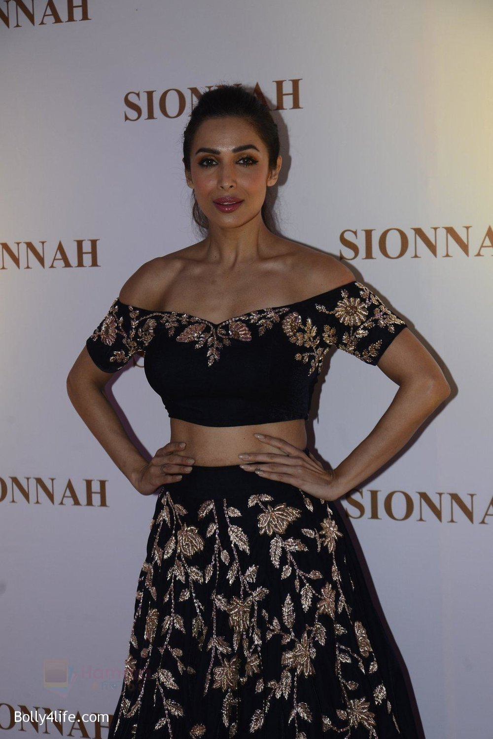 Malaika-Arora-at-sionnah-store-launch-on-1st-Oct-2016-45.jpg