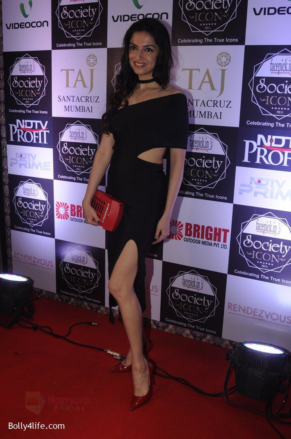 Divya-Kumar-at-Society-Icon-Awards-on-2nd-Oct-2016-55.jpg