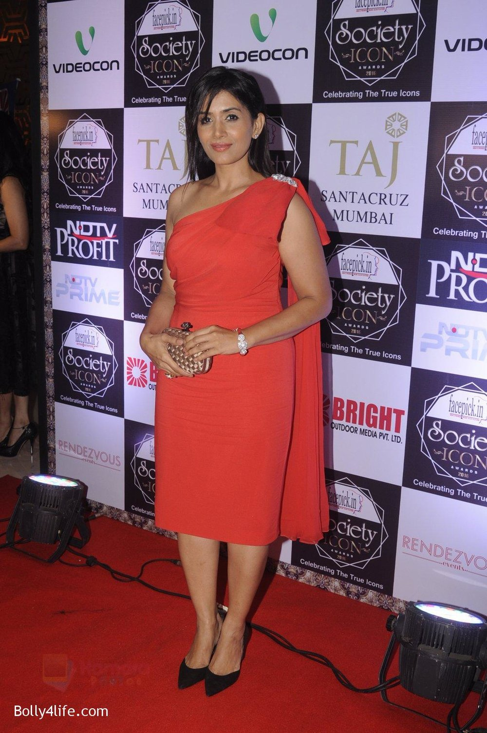 Sonali-Kulkarni-at-Society-Icon-Awards-on-2nd-Oct-2016-33.jpg