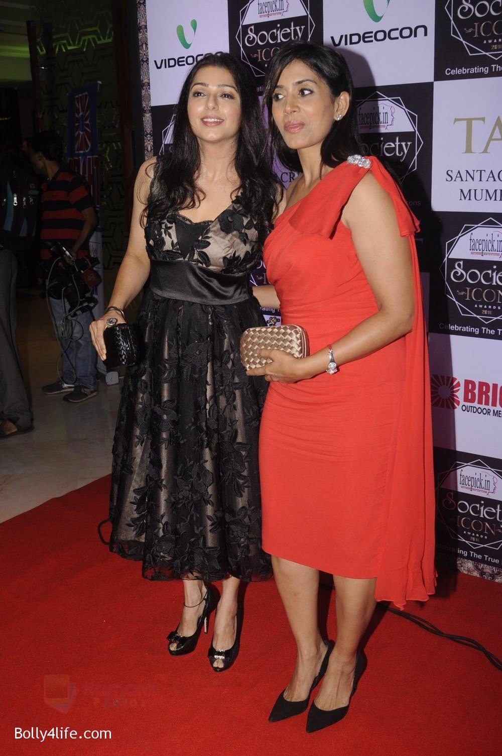 Sonali-Kulkarni-Bhumika-Chawla-at-Society-Icon-Awards-on-2nd-Oct-2016-38.jpg