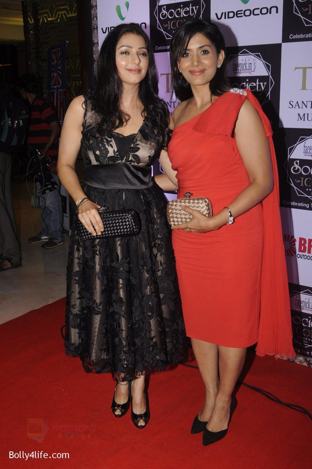 Sonali-Kulkarni-Bhumika-Chawla-at-Society-Icon-Awards-on-2nd-Oct-2016-40.jpg