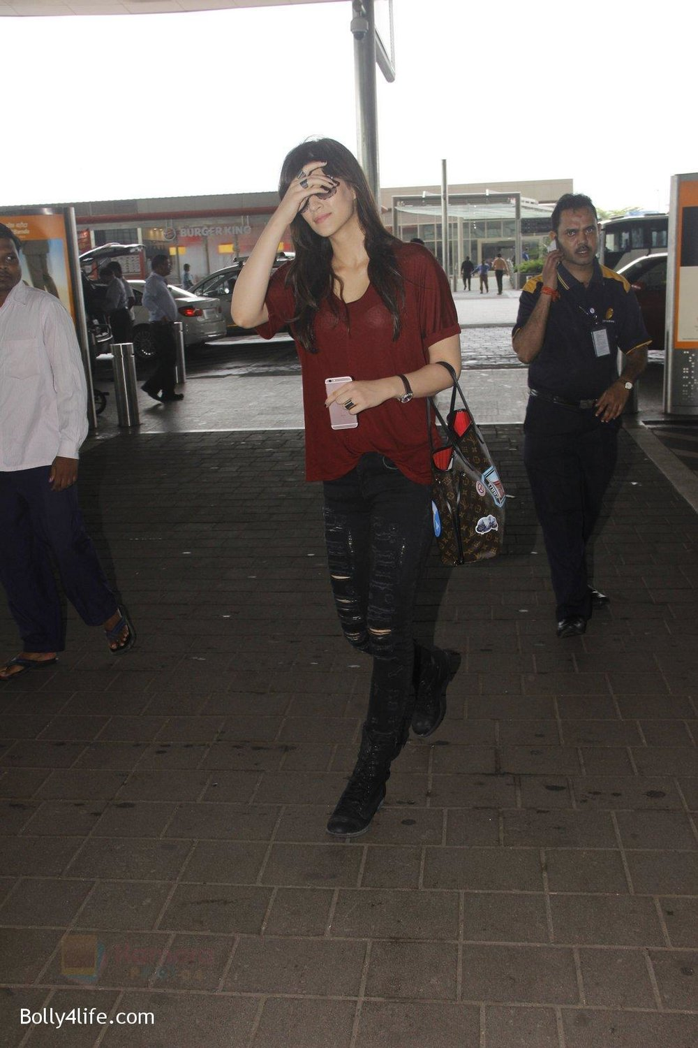 Kriti-Sanon-snapped-at-airport-on-4th-Oct-2016-24.jpg
