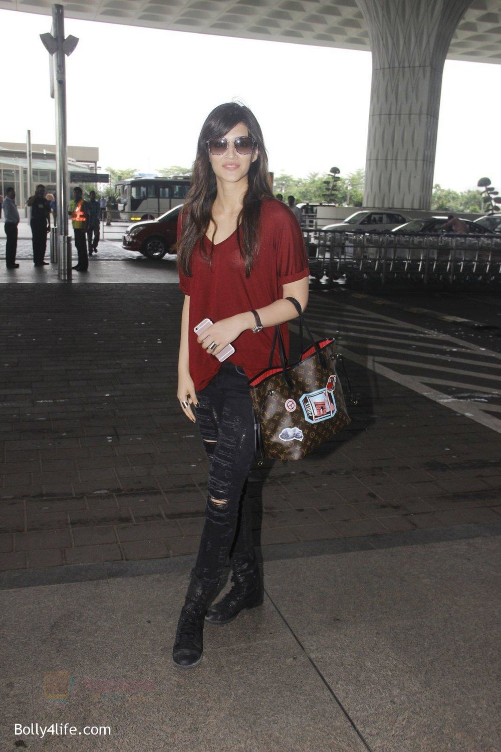 Kriti-Sanon-snapped-at-airport-on-4th-Oct-2016-25.jpg