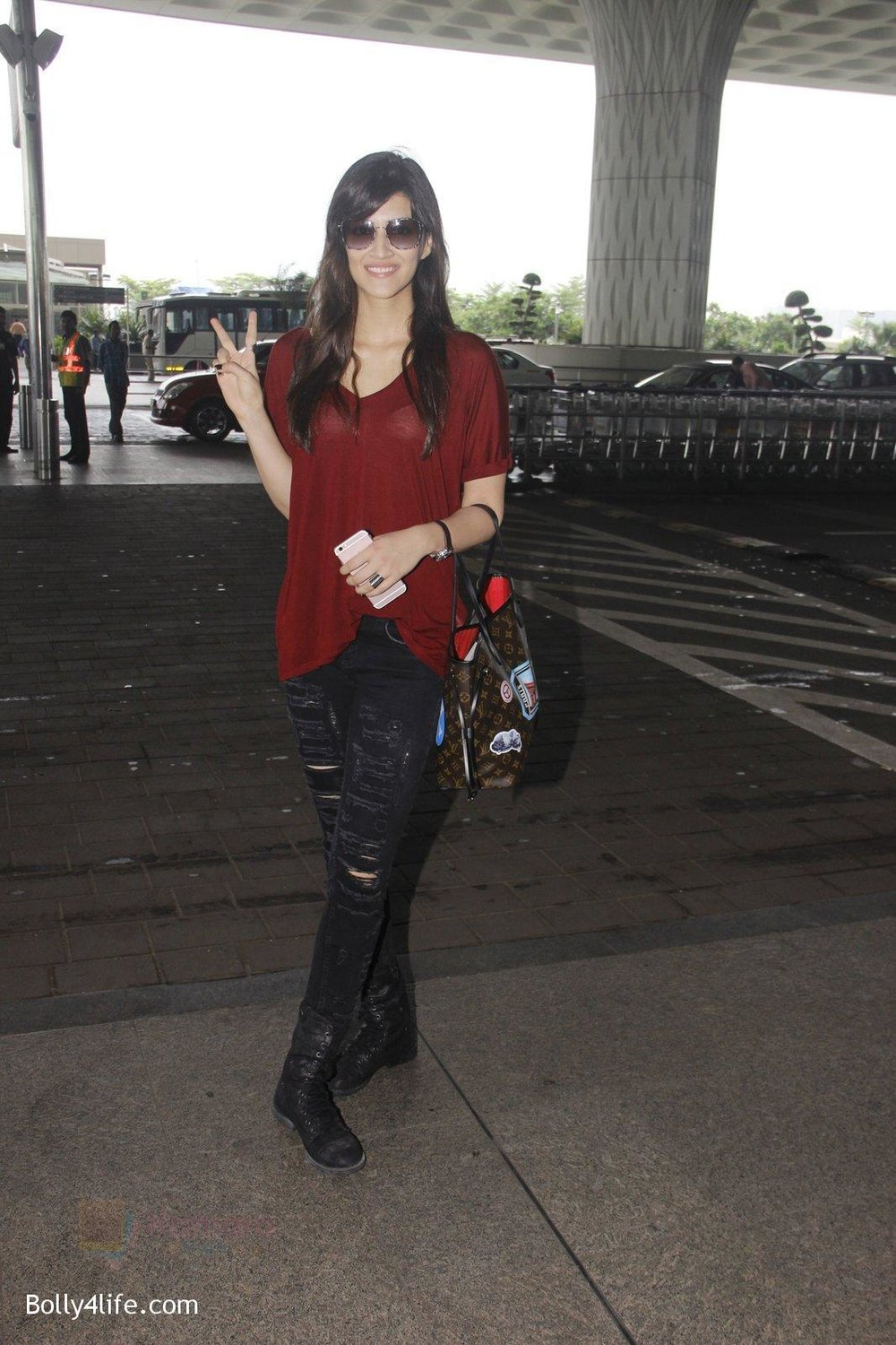 Kriti-Sanon-snapped-at-airport-on-4th-Oct-2016-26.jpg