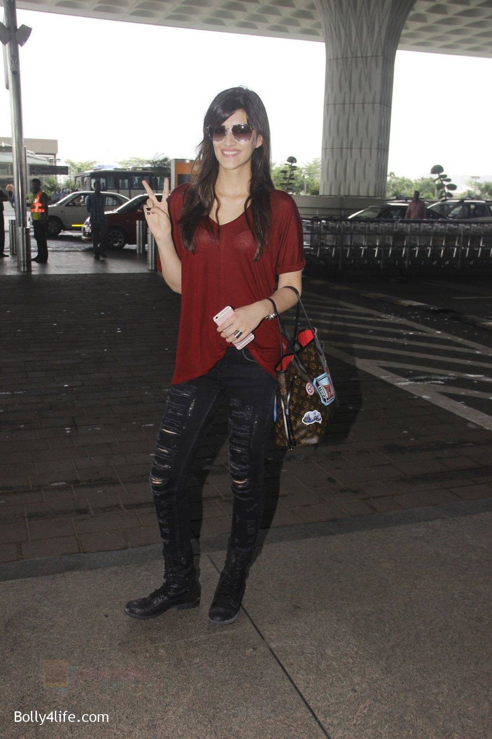 Kriti-Sanon-snapped-at-airport-on-4th-Oct-2016-27.jpg