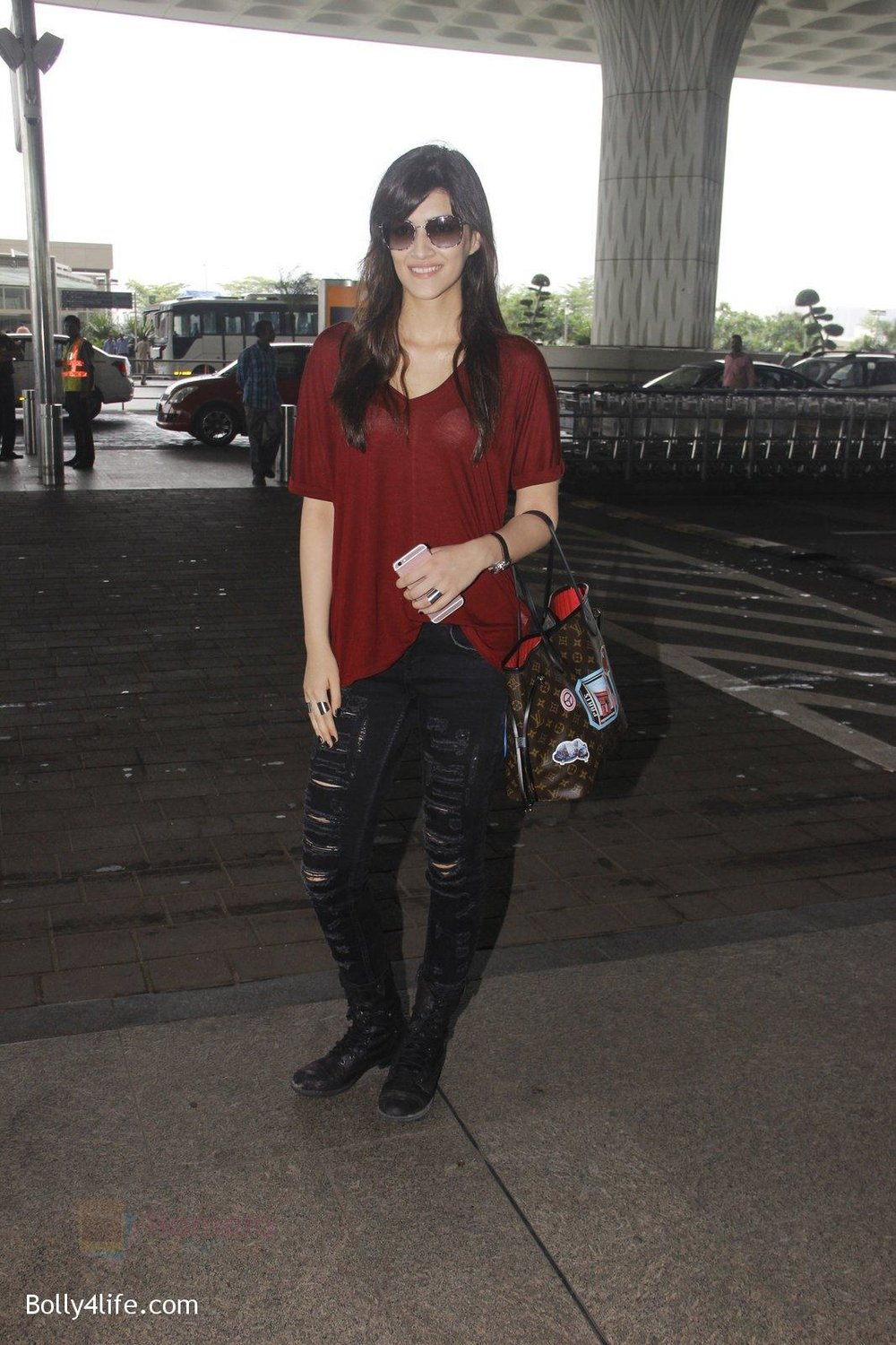 Kriti-Sanon-snapped-at-airport-on-4th-Oct-2016-29.jpg