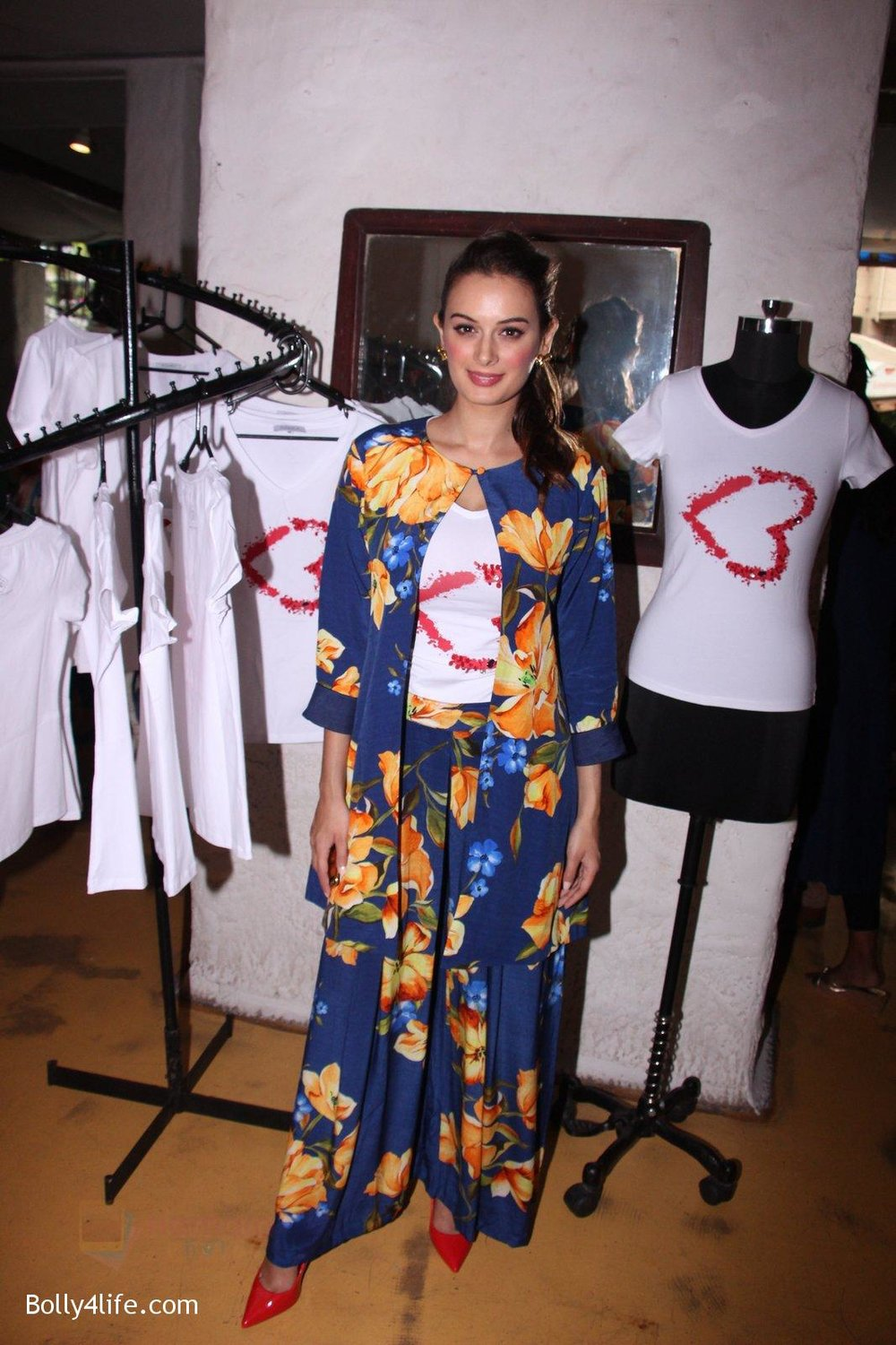 Evelyn-Sharma-host-3rd-Garage-Sale-of-Seams-for-Dreams-an-Initiative-on-4th-Oct-2016-3.jpg