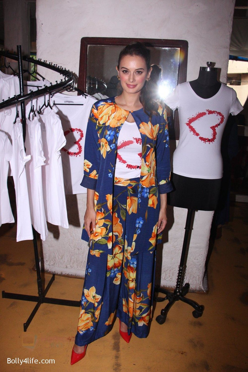 Evelyn-Sharma-host-3rd-Garage-Sale-of-Seams-for-Dreams-an-Initiative-on-4th-Oct-2016-7.jpg