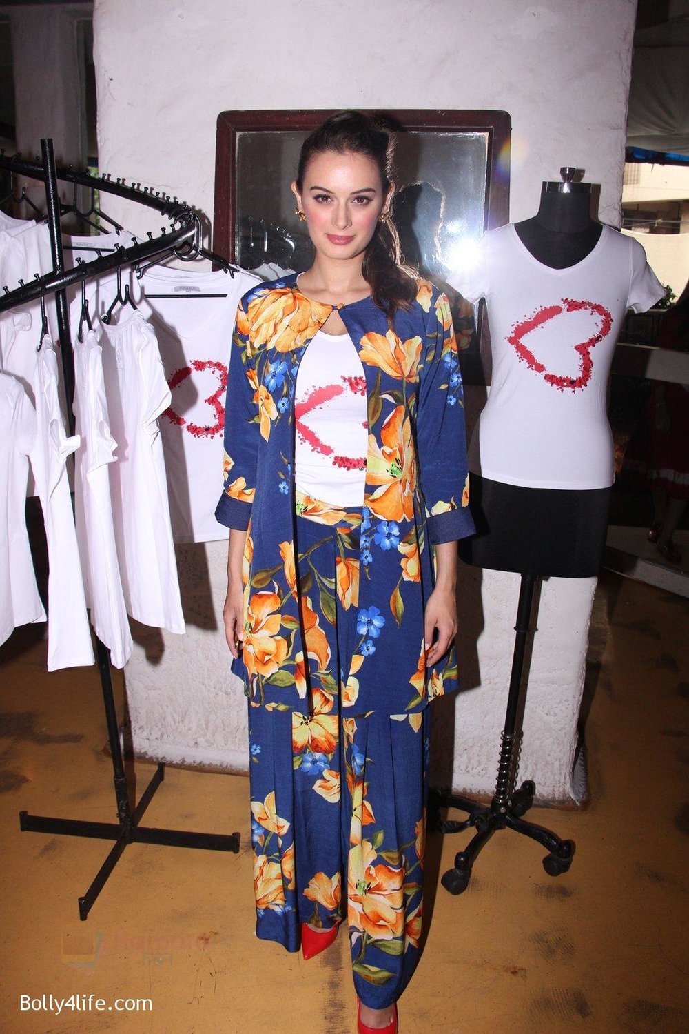 Evelyn-Sharma-host-3rd-Garage-Sale-of-Seams-for-Dreams-an-Initiative-on-4th-Oct-2016-11.jpg