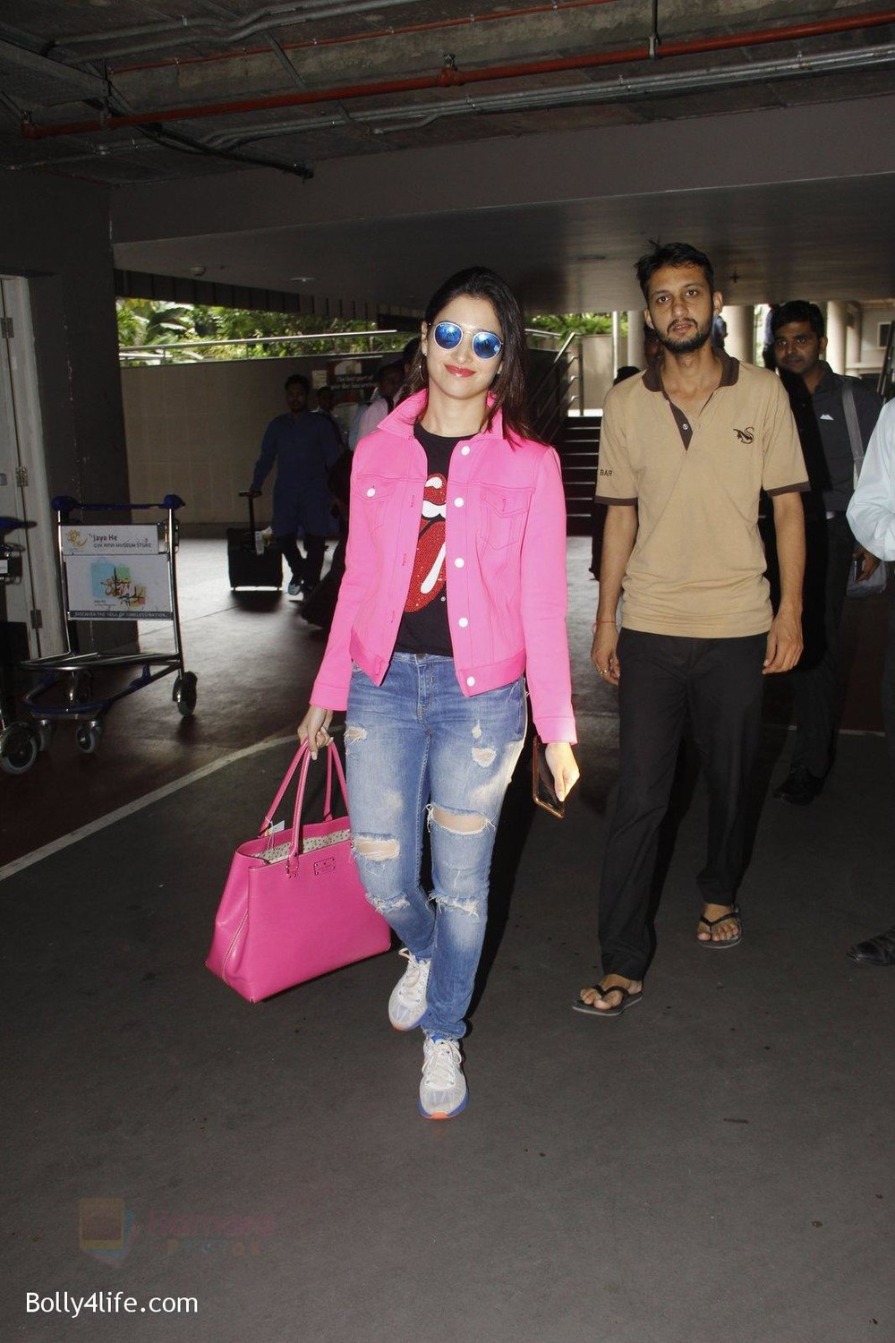 Tamannaah-Bhatia-snapped-at-airport-on-29th-Sept-2016-11.jpg