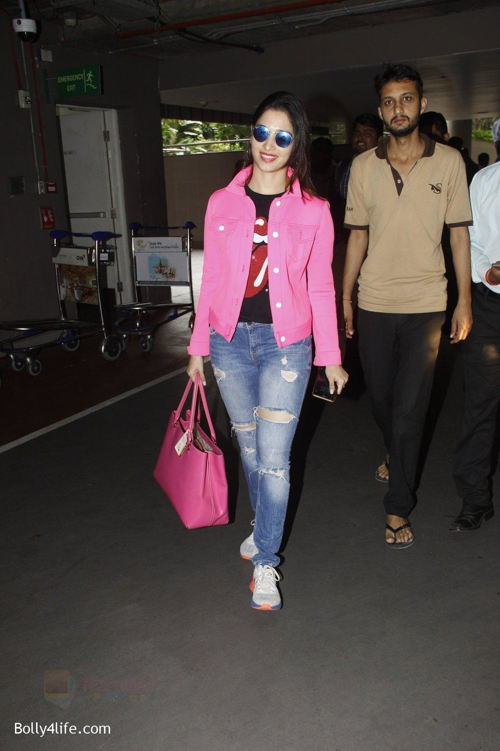 Tamannaah-Bhatia-snapped-at-airport-on-29th-Sept-2016-13.jpg