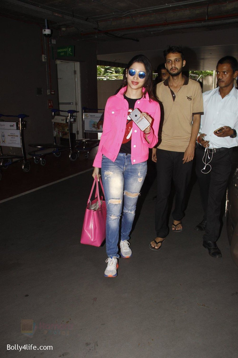Tamannaah-Bhatia-snapped-at-airport-on-29th-Sept-2016-14.jpg