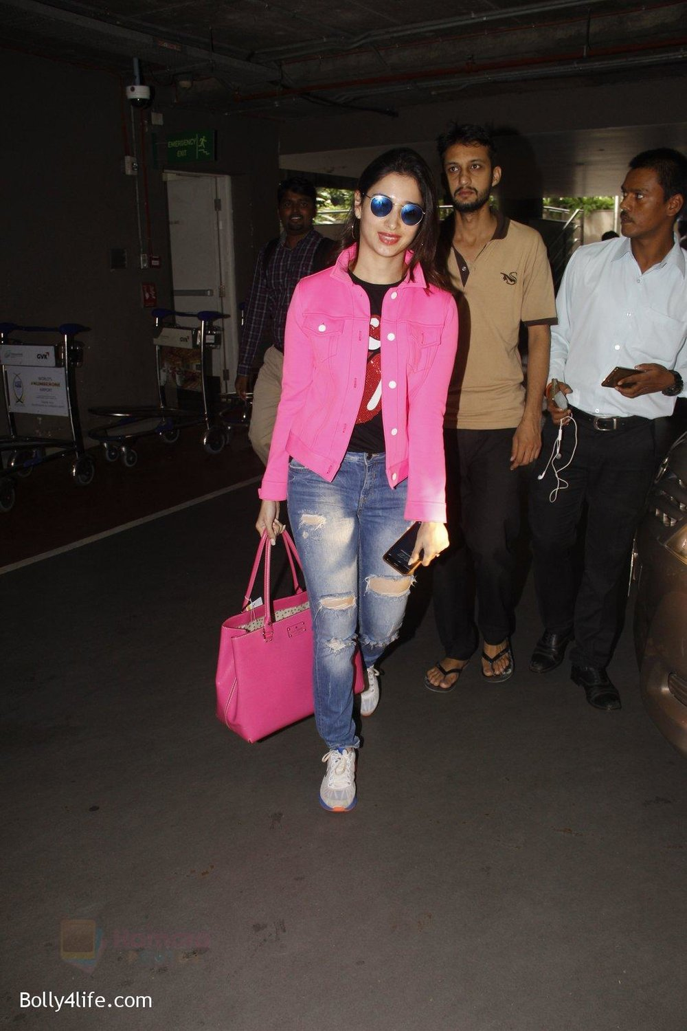 Tamannaah-Bhatia-snapped-at-airport-on-29th-Sept-2016-15.jpg
