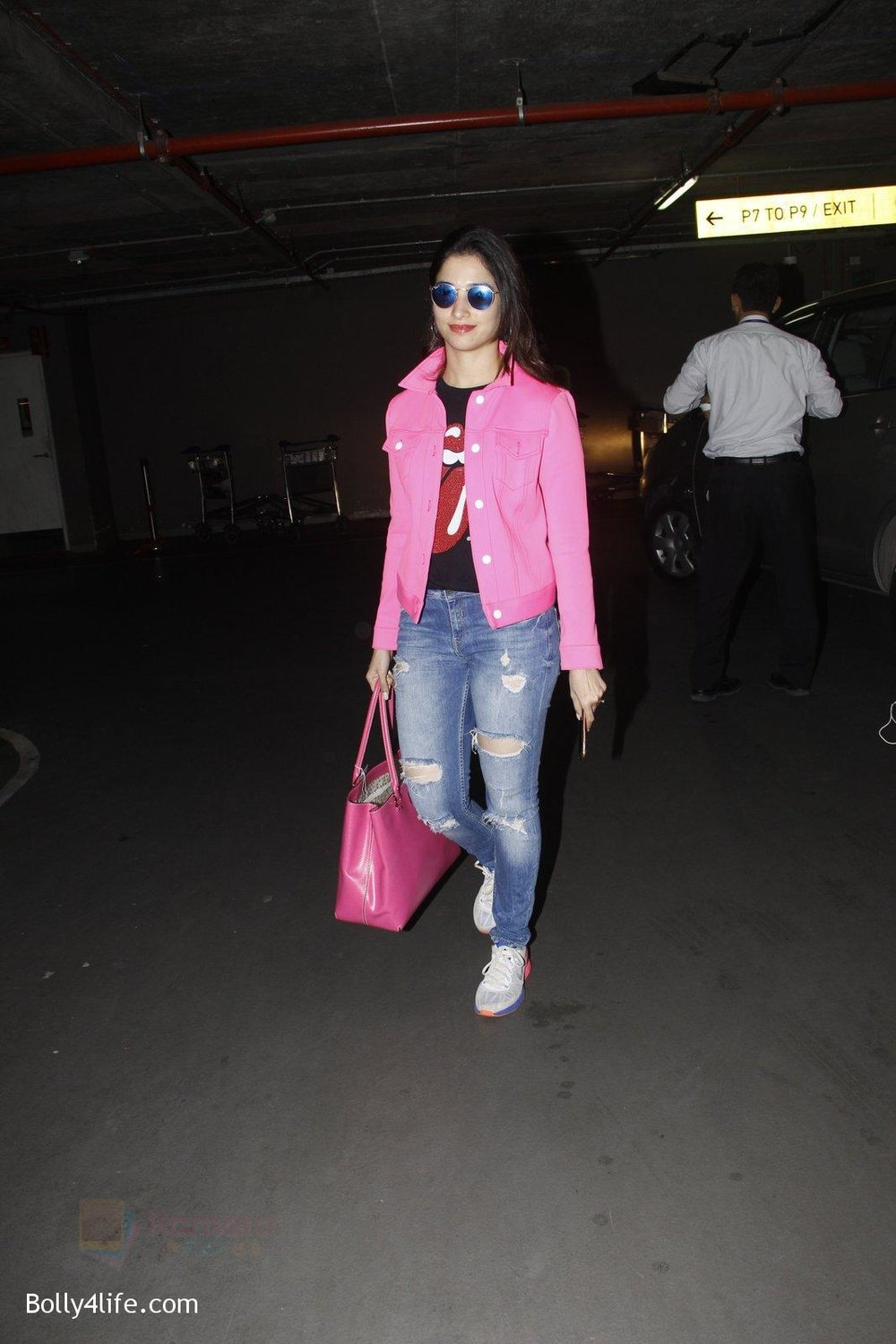 Tamannaah-Bhatia-snapped-at-airport-on-29th-Sept-2016-16.jpg