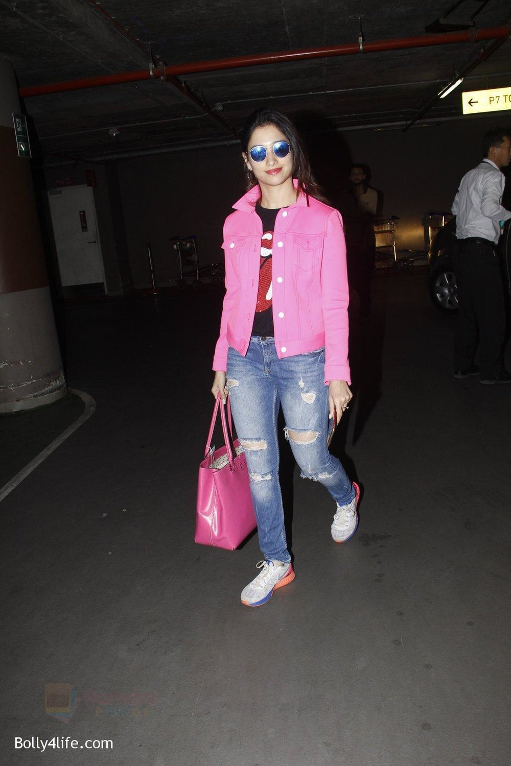 Tamannaah-Bhatia-snapped-at-airport-on-29th-Sept-2016-17.jpg