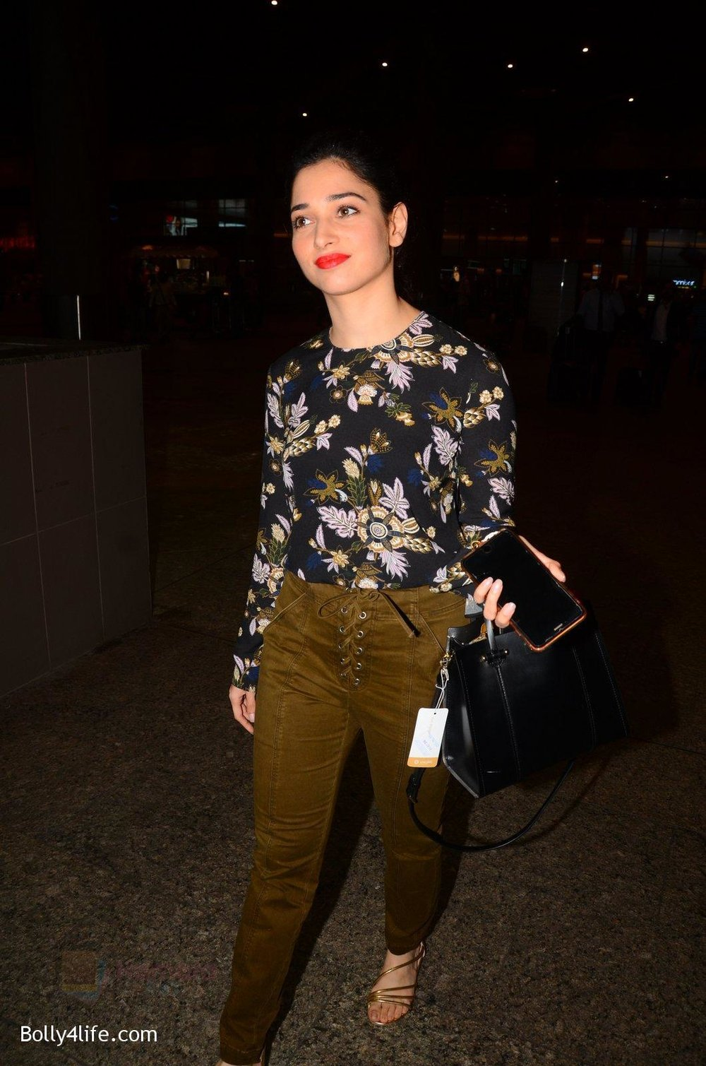 Tamannaah-Bhatia-snapped-at-airport-on-5th-Oct-2016-37.jpg