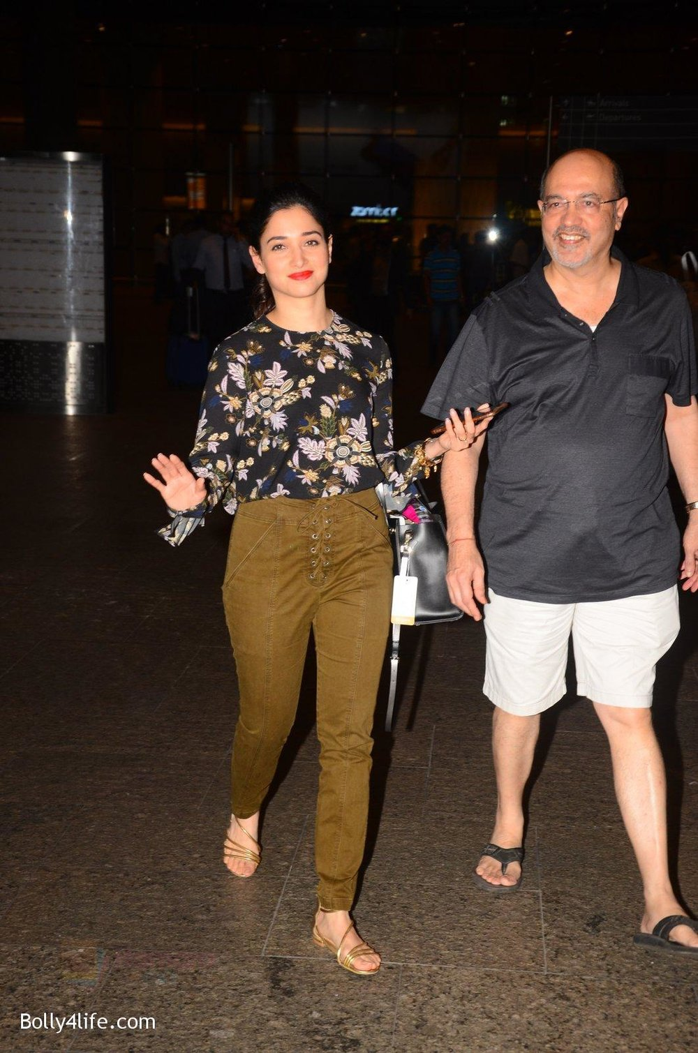 Tamannaah-Bhatia-snapped-at-airport-on-5th-Oct-2016-39.jpg