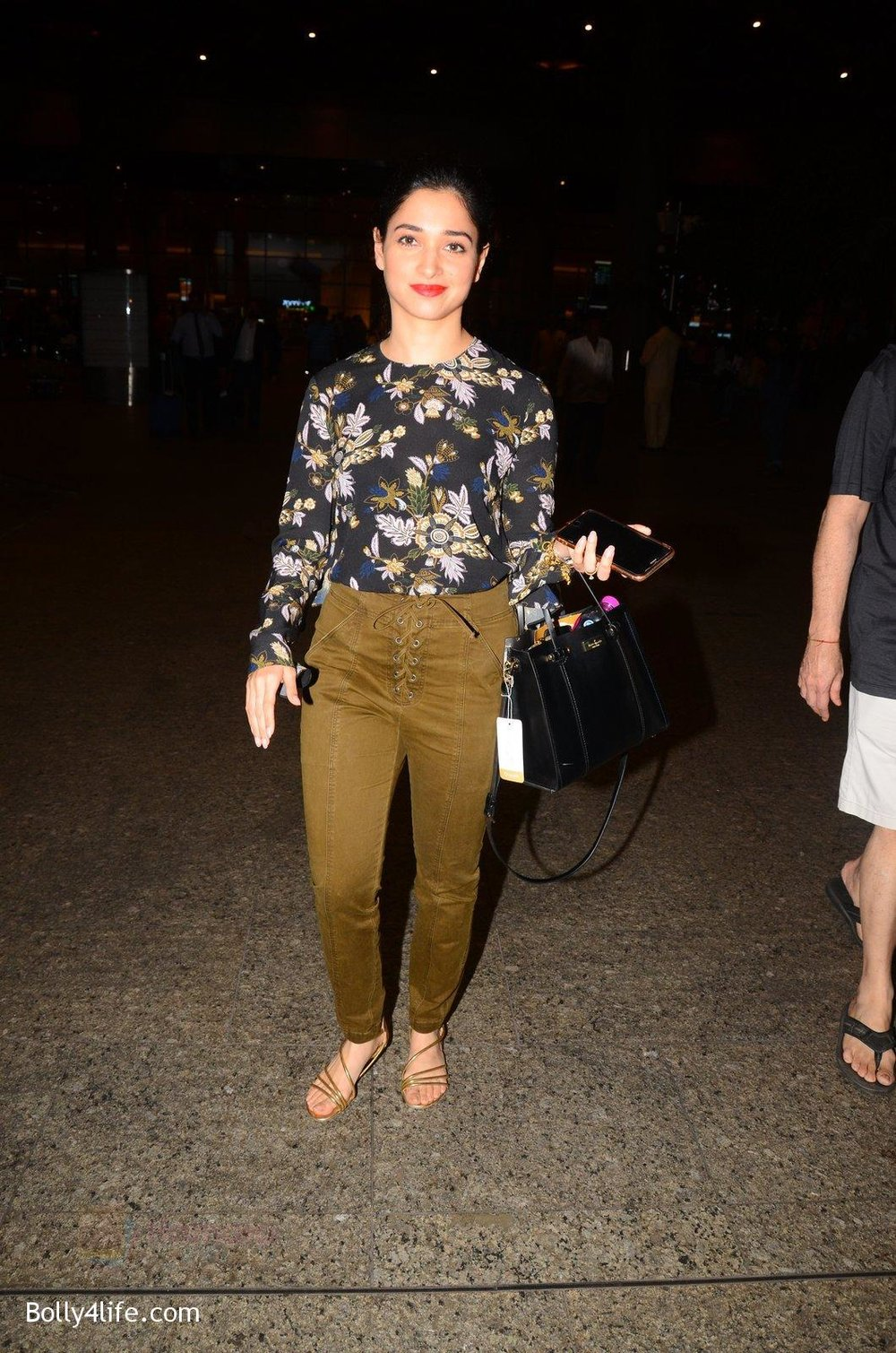 Tamannaah-Bhatia-snapped-at-airport-on-5th-Oct-2016-41.jpg