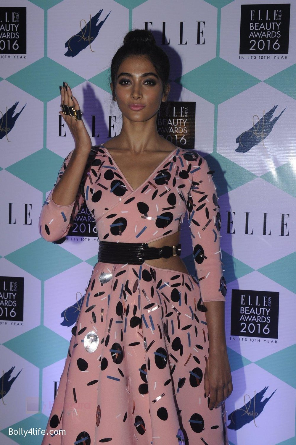 Pooja-Hegde-at-Elle-Beauty-Awards-on-5th-Oct-2016-64.jpg