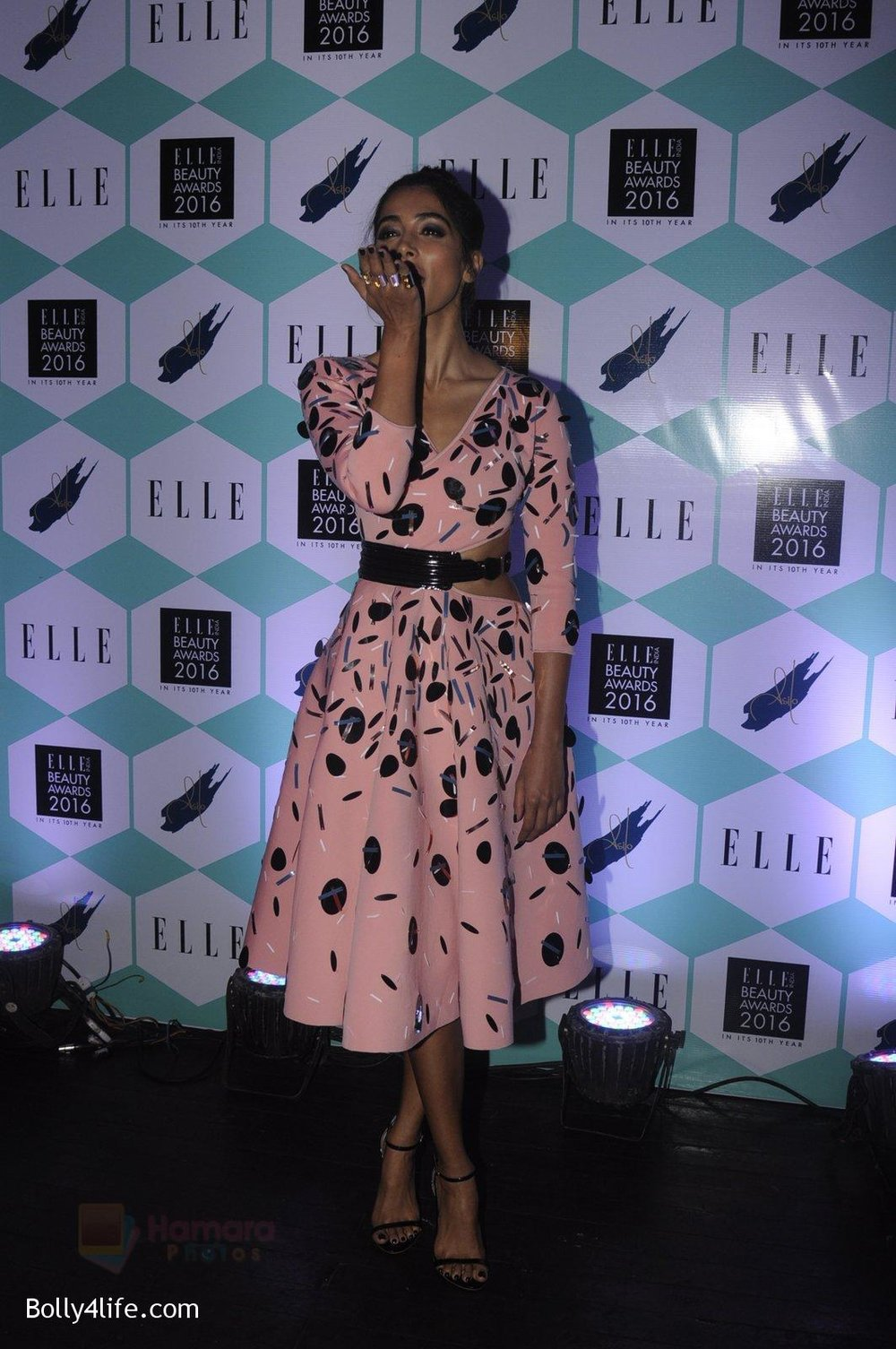 Pooja-Hegde-at-Elle-Beauty-Awards-on-5th-Oct-2016-68.jpg