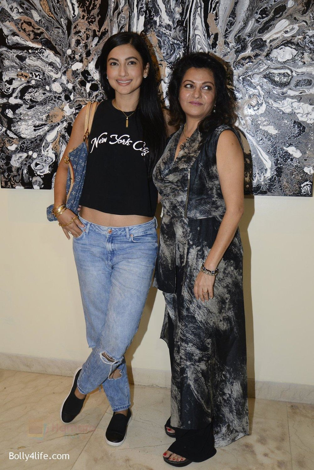 Gauhar-Khan-at-Anu-Malhotra-art-exhibition-in-Mumbai-on-5th-Oct-2016-146.jpg