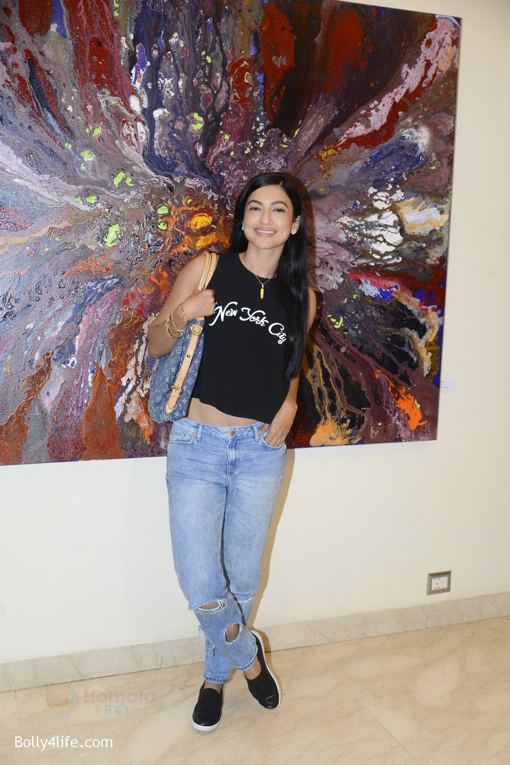 Gauhar-Khan-at-Anu-Malhotra-art-exhibition-in-Mumbai-on-5th-Oct-2016-179.jpg