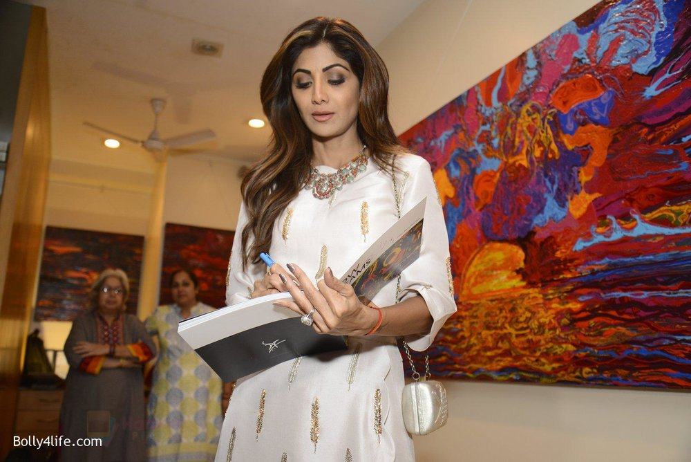 Shilpa-Shetty-at-Anu-Malhotra-art-exhibition-in-Mumbai-on-5th-Oct-2016-149.jpg
