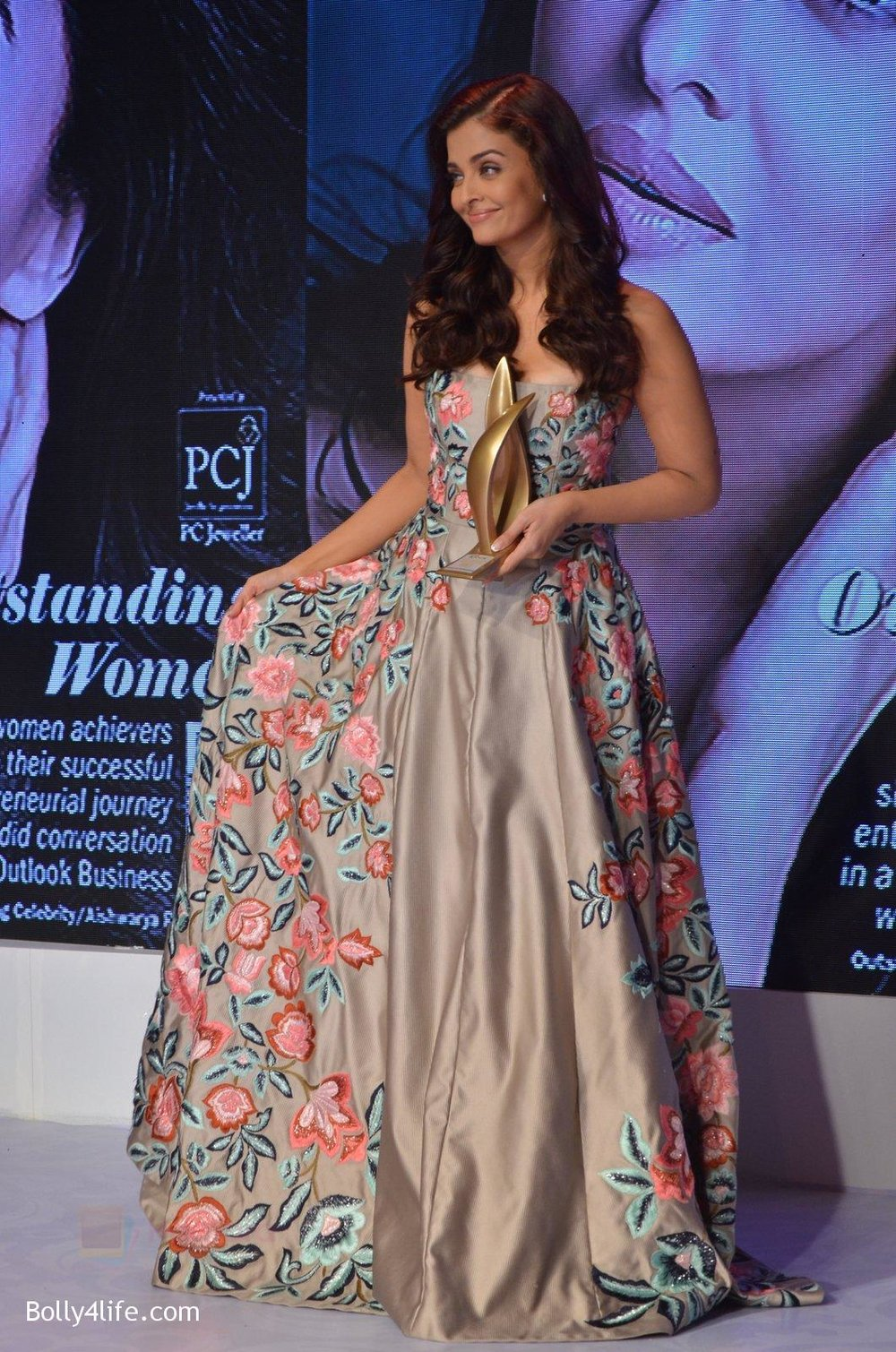 Aishwarya-Rai-Bachchan-at-Outlook-Business-Women-Awards-on-7th-Oct-2016-206.jpg