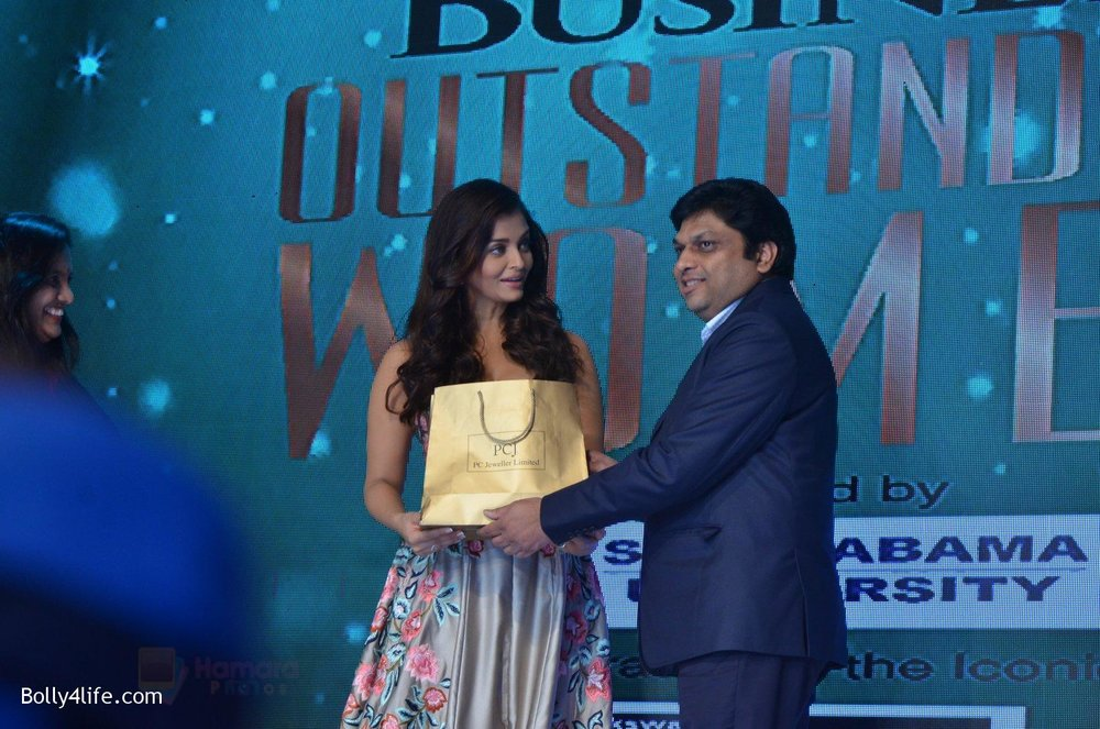 Aishwarya-Rai-Bachchan-at-Outlook-Business-Women-Awards-on-7th-Oct-2016-217.jpg