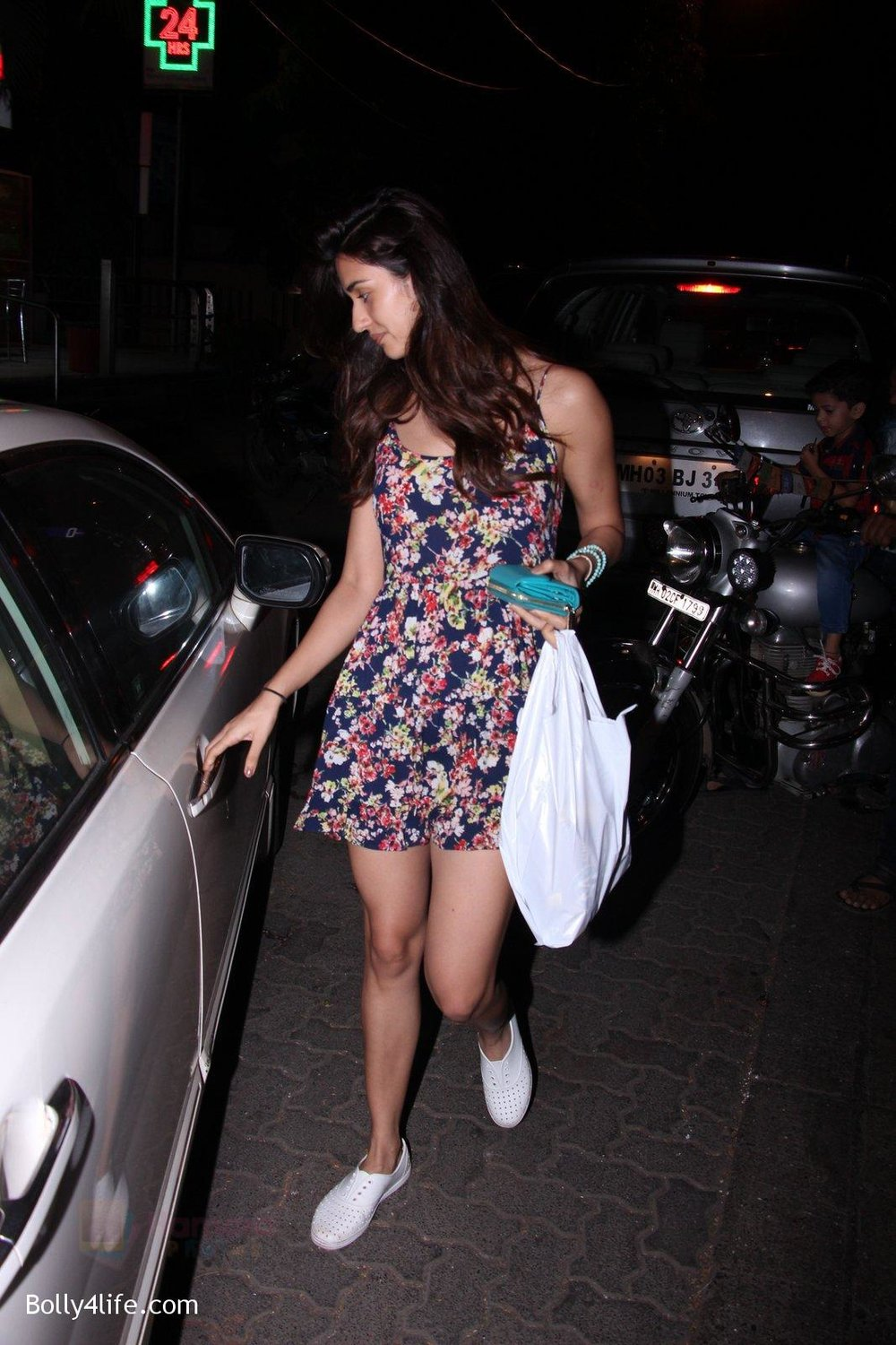 Disha-Patani-snapped-on-10th-Oct-2016-12.jpg